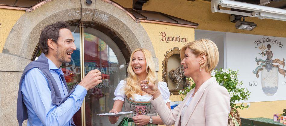 Gerne heißen wir im Hotel Pachmair Gäste aus Nah und Fern willkommen!
