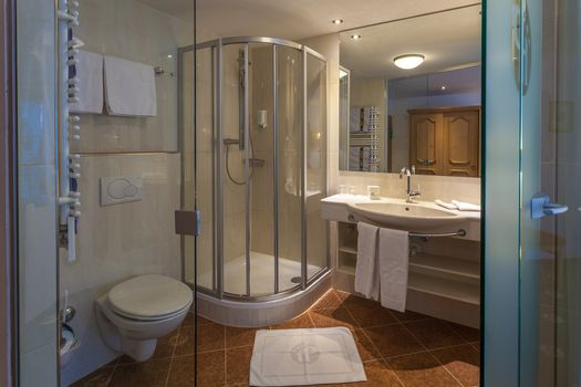 Die Familienzimmer Olperer sind mit einem komfortablen Badezimmer ausgestattet.