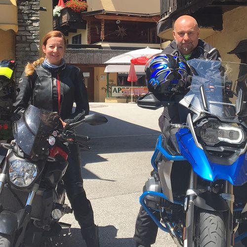 Chefin Gerda mit ihrer MT07 auf Tour mit einem unserer Motorrad-Gäste