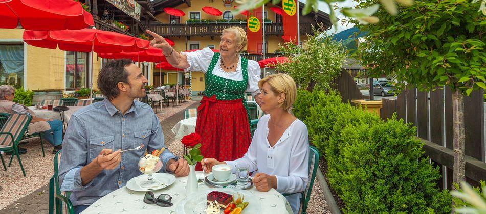 Nachmittags lockt das Dorfplatzl Café mit einer schmackhaften Kaffeejause.