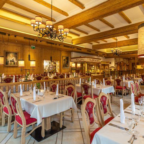 In unserem gemütlich eingerichteten Restaurant werden Sie mit köstlichen Speisen verwöhnt.