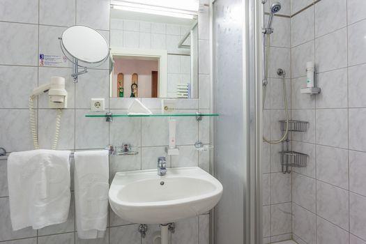 Die Einzelzimmer Spieljoch verfügen über ein schönes Badezimmer mit Waschbecken und Dusche.