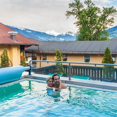 Der beheizte Außenpool mit Panoramablick ist das Highlight im Relax-Badecenter vom Hotel Pachmair.