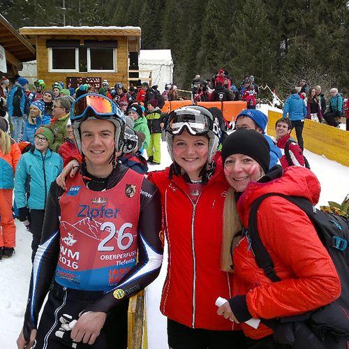 Die stolze WM Mama Gerda Geiger mit ihren Kindern Lea und Johannes.