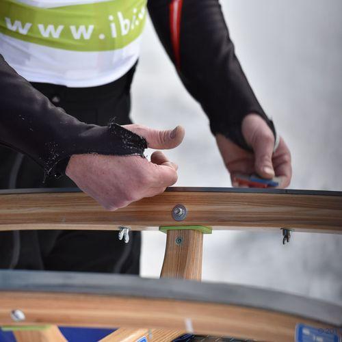 Die Rodel wird für das Rennen von Johannes senior vorbereitet.